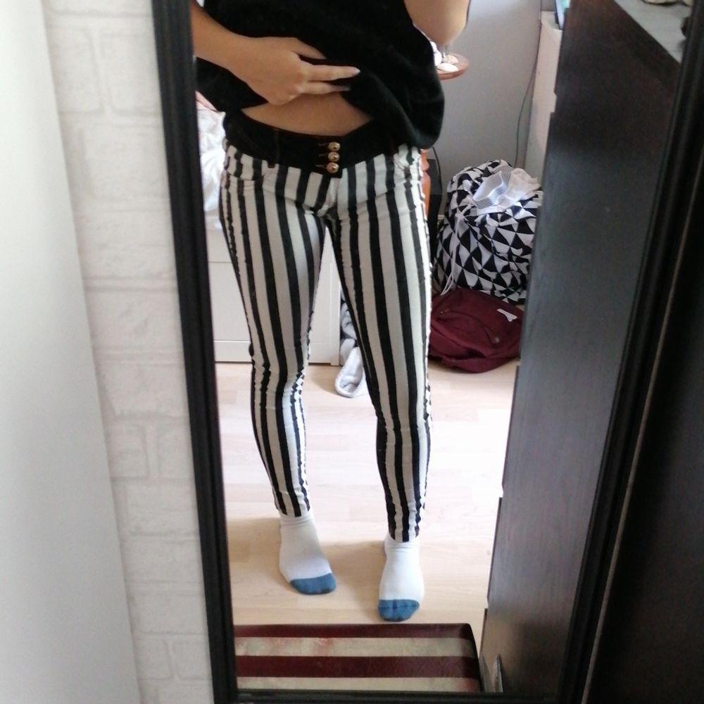 Så häftiga jeans med ränder där fram och svarta eller mörk mörk blåa där bak(olika vad man tycker men jag skulle säga svart) så sköna💖 för låga i midjan och där bak för min smak därför jag säljer💖. Jeans & Byxor.