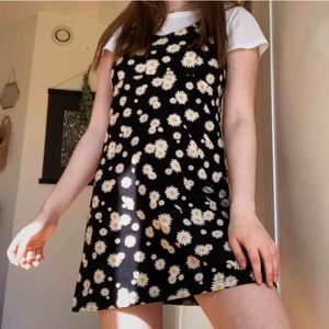 """Coolaste klänningen ifrån H&M's undermärke Impuls från 80-90tal. Svart med prästkragar på i en """"tennis"""" modell med korsad rygg. Frakt: 60kr"""