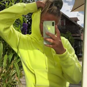 Svincool tiedye hoodie från champion, köpt från Urban outfiters, sparsamt använd💛💚💛💚💛 Den är väldigt unik då den är tiedye och färgad förhand av Urban outfiters🤑☺️