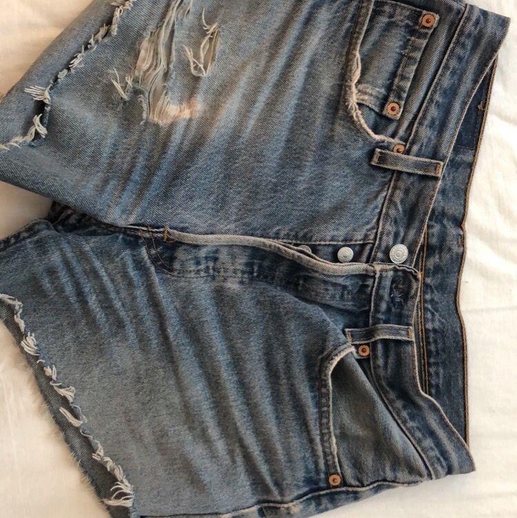 Säljer mina avklippta Levis-jeans som jag gjort om till shorts, strl 36/38. Jeans & Byxor.