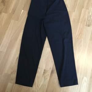 Svarta kostymbyxor från Weekday stl 34. Gott skick, knappt använda. Frakt betalas av köparen.