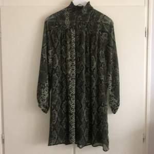 Grön klänning från HM, använd en gång hade skärp till i midjan- tips!