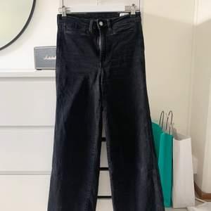 Långa vida jeans från hm passar mig som är 160 och de sitter jätte fint på!!! Använt fåtal gånger🤍🤍🤍 säljer för 70kr + frakt (om fler är intresserade blir det budgivning)