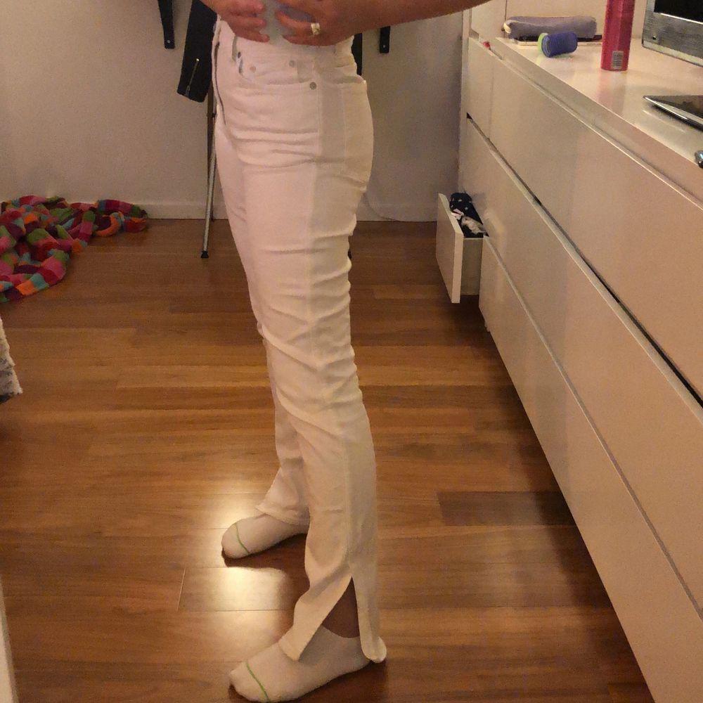 Ett par vita jeans från weekday i storlek 26/30, säljer för 300kr + 66kr frakt! För små för mig därför min kompis bär dom på bilden!🥰. Jeans & Byxor.