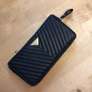 Plånbok i fejkläder som innehåller flera fack. Frakt tillkommer