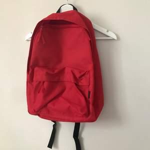 Helt oanvänd röd ryggsäck från Junkyard. Frakt tillkommer 🌹