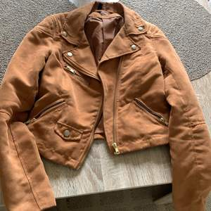 En av dom favorit jacka ja haft i mocka väldigt användbar, inget fel på dom säljs bara pga ingen användning längre har fåtal jackor 🧥 frakten ingår i priset 🤎