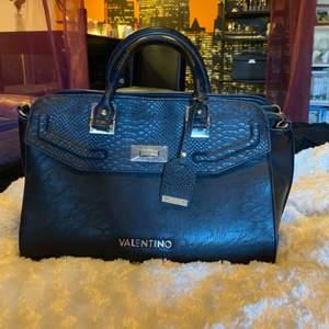 Säljer min underbara väska från Valentino By Mario Valentino, köpt på Zalando. Använd ytterst lite så i jättefint skick! Medföljer även ett längre band samt Dust Bag. Möts gärna i Stockholm eller fraktar mot betalning. 🌸