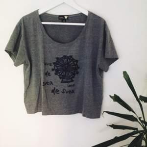 Snygg t-shirt av märket Svea. Använd högst 3 gånger. Nypris 199kr.