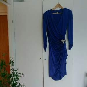 80'tals klänning från Beyond Retro, perfekt till maskerad! Kan nog passa fler storlekar, jag drar ofta small/medium men en large kan nog också använda denna. Fläck på framsidan, men syns knappt.