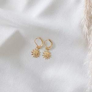 Solörhängen i guldfärg 🌞 nickelfria. Frakt 11 kr. Finns även i silver. Finns flera stycken! Fler modeller på insta: moon.jwlry 🌙