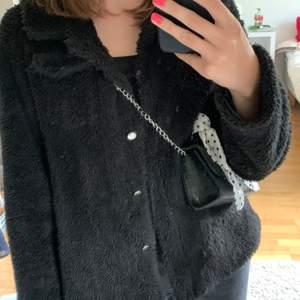 Svart fin fluffig jacka som använts en del, vet inte vart den är ifrån då jag köpte den på plick men är bra skick, den är varm men passar bäst som höstjacka