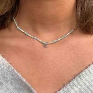 Säljer mina hemmagjorda smycken för 50-80 kr beror om smycket bär bärplockare osv! Kan visa bättre bilder privat om ni är intresserade💘                                    + varje halsband har ett tillhörande spänne
