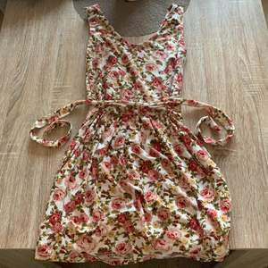 MIDI klänning med blommiga mönstrar på jätte fint till sommaren materialet e helt otroligt mjuka 🌸