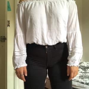 Säljer min fina Hollister tröja, en väldigt somrig tröja, som är off shoulder, den är väldigt töjbar och lite genomskinlig, men inte alls synligt , kan mötas upp i jämtland, annars står köparen för frakt💕