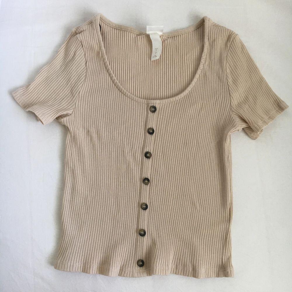 En söt beige tröja, köpt något år sedan men aldrig använt då den bara legat🌸 . Toppar.