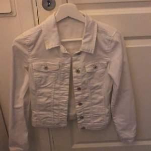 Säljer denna superfina vita jeansjacka, använd två gånger så den är i väldigt fint skick! Frakten står köparen för