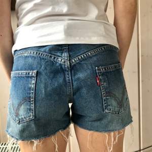 Säljer Levis shorts som endast är använda ett fåtal gånger och är i väldigt fint skick, säljer pga jag har flera stycken liknande. Dem är små i storleken och passar även stl W27 & W28 🌸 100 kr + frakt.