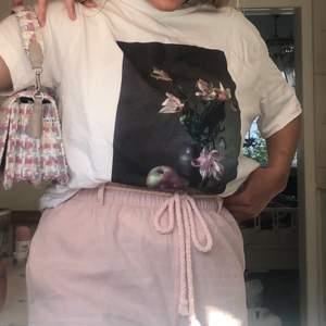 Jättefin T-shirt från Monki i storlek M. Passar dock även S och blir då mer oversize. Jättefina blomdetaljer och passar bra till ett par jeans! Köparen står för frakt💕💐