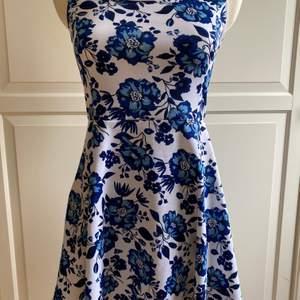 Fin klänning från H&M. Oanvänd med prislapp kvar. Mjukt material och fina färger (blått och vitt).