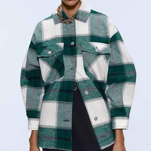 Väldigt populär jacka från Zara i storlek S (oversized). Köpt i höstas. Gör nu en intressekoll här, skriv till mig vid intresse eller bud!