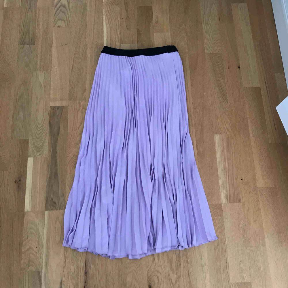 Jätte snygg plisserad kjol som passar till allt, använd 1 gång endast. Kjolar.