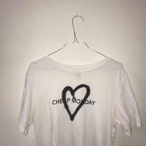 T-shirt från cheap monday, använd max 3 gånger!  Köpt för 200kr