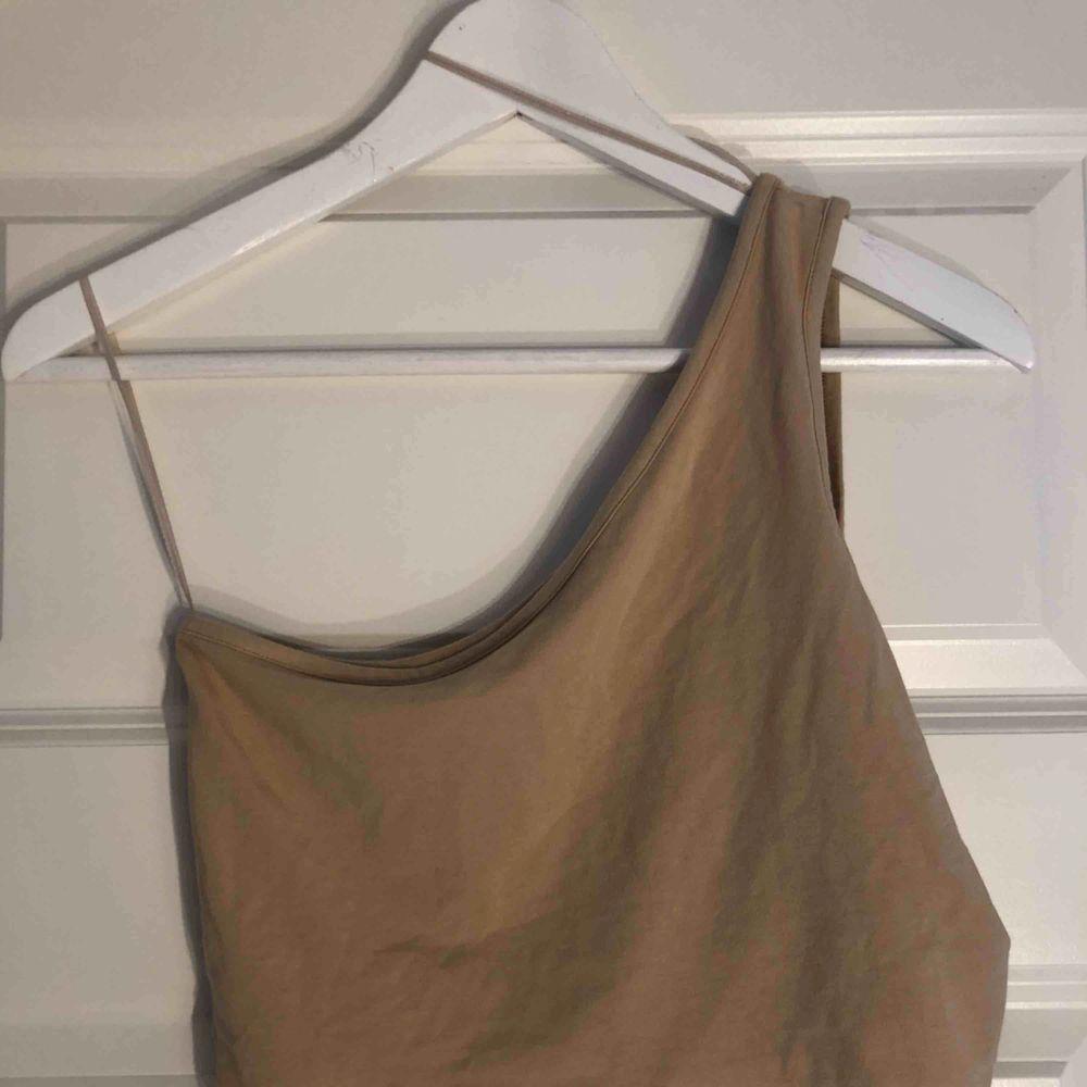 One-shoulder linne från pieces (vero Moda), frakt inkluderat i priset 😁🌸🤘🏼. Skjortor.