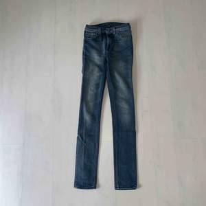 Nudie jeans i mörk tvätt, långa smala ben.