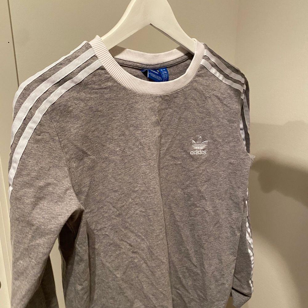 Aldrig använd långärmad adidas tröja, så snygg!!! Strl M men passar även S och XS. Exklusive frakt 💕. Tröjor & Koftor.