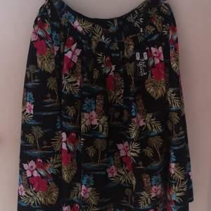 Säljer min kjol från hellbunny som endast är provad och passa inte mig. Snyggt mönster med plamer, papegoja och hibiskus. Kjolen har fickor.