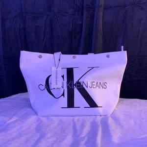 En vit Calvin Klein väska från Johnells som jag aldrig använt, nypris: 1000kr.   buda från 300kr  (köpare står för frakt)