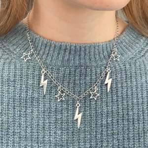 Trendiga halsband med blixtar och stjärnor ⚡️ Finns som silvrigt, guldigt eller silvrigt & guldigt. Nya/oanvända! Endast 89kr/styck. Fri frakt! 💌 Kontakta mig om du vill köpa 🥰