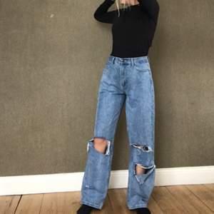 Vida ljusblåa jeans, storlek 40 men de är väldigt små i storleken så passar bra på mig som är 36, men kommer tyvärr inte till användning