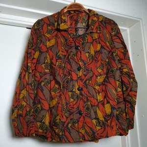 Vintageblus med knäppning, fantastiskt mönster! Ingen storleksmärkning men bedömmer den som M🏵️