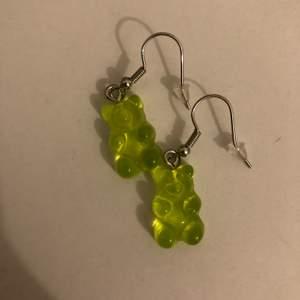 Lime gröna/gröna gummibjörns örhängen. Ny skick och aldrig använda.