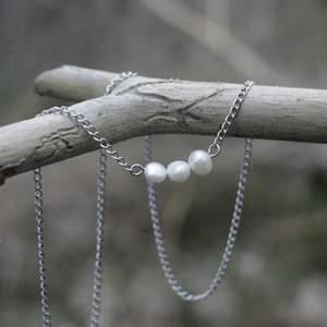 Ett stilrent halsband i 100% kirurgiskt stål och äkta sötvattenspärlor.
