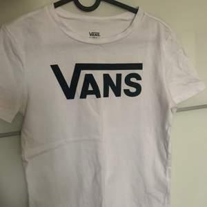 En vit fräsch simpel T-shirt köpt på VANS 🖤