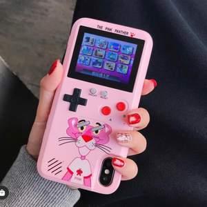 Detta är ett skal som har typ en Nintendo på sig! Skalet har ca 50 olika spel bla mario, donkey kong , pacman mm. Den är helt oanvänd. Jag köpte skalet i Iphone 11 pro men jag har iPhone 11 så skalet passar ej tyvärr. Dessa bilder är ej mina, utan andra personer med samma skal!