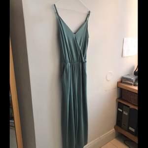 turkos dress, använd en gång på ett bröllop i somras. finaste kavlite, och så skön! jag står för halva frakten, så frakt blir 30kr:)