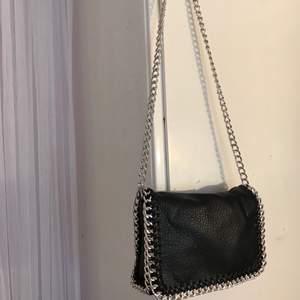 Kedje väska från TIAMO i mellan storlek säljer för 200kr