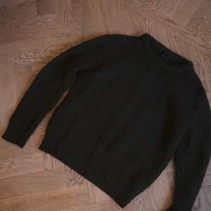 Grovstickad tröja från Zara. Fint skick. Lös, lite oversize passform på mig som är en S. Varm och go! Kan skickas mot frakt.