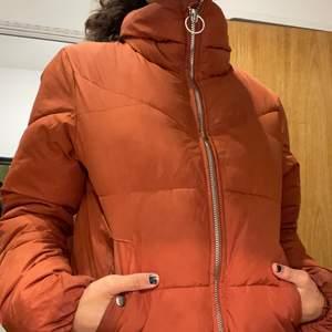 En jacka ifrån Bershka (köpt ifrån Spanien för ca 1 år sedan). Denna jacka är en vår/höst jacka 🧥 färgen på jackan är koppar/ rost brun och är jättefin med delen som går upp på falsen☺️