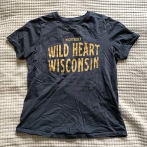 Cool tshirt från Gina med tryck. Använd ett fåtal gånger. Storleken är S men passar mig som är M. Färgen är svart/grå och trycket är gult.💗 (Köparen står för frakt)