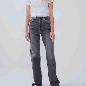 Super poppis jeans från Zara som ej säljs längre. Raka och med en snygg grå tvätt!