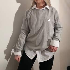 Grå sweatshirt, snygg att ha som den är eller styla med skjorta eller polotröja under. (Lägger ut denna annonsen på nytt med nya bilder). Tröjan är storlek XL men funkar bra oversize på mig som är en S. Märket är avenue tropicale
