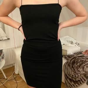 Svart tight klänning med spaghettistraps från Nakd. Använd fåtal gånger. Fint skick. Normal passform.