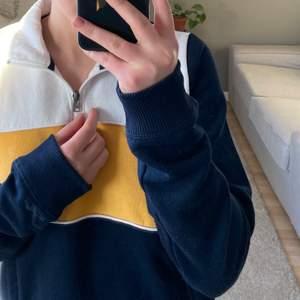 Supersnygg tröja från hollister med krage och dragkedja vid halsen 💓💓 lite nopprig men inget som syns tydligt när man har den på
