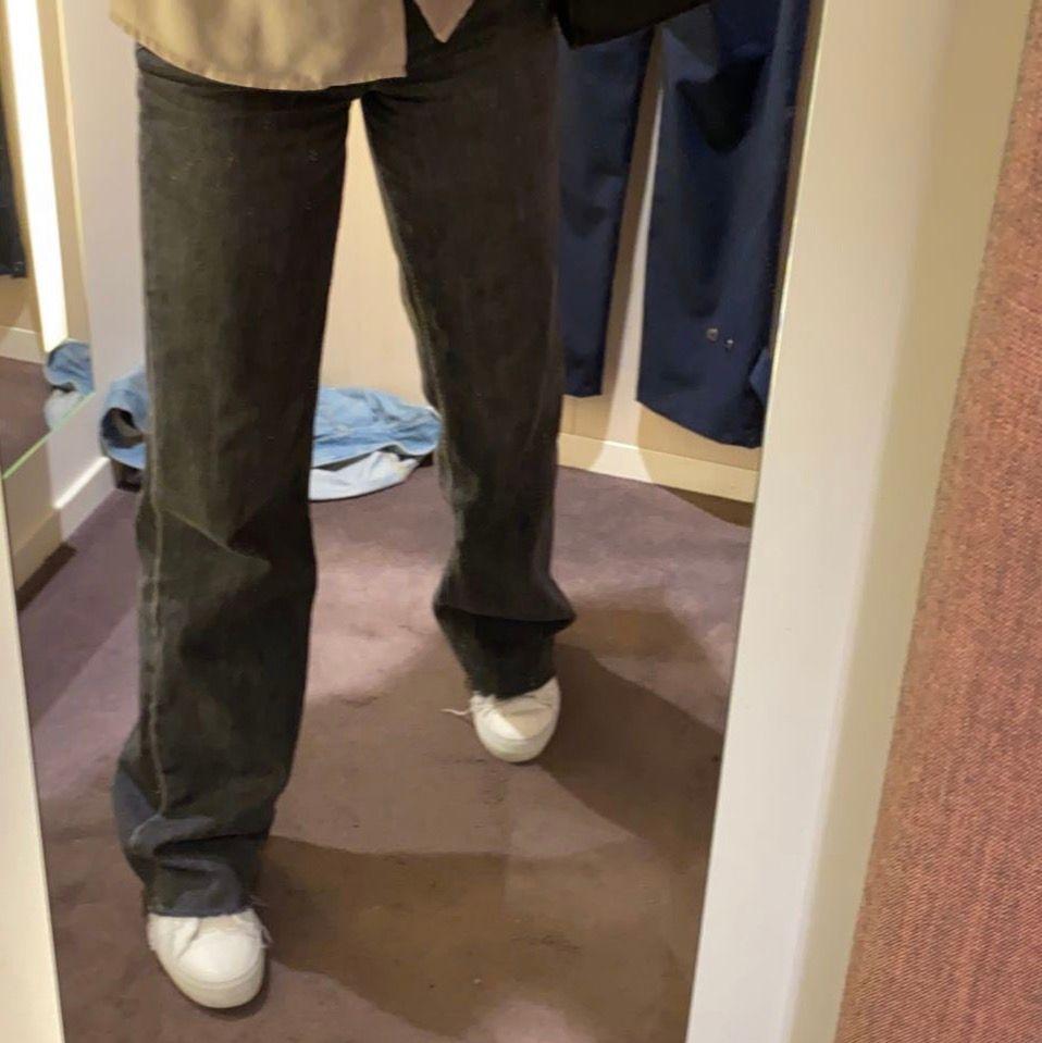 Straight jeans från zara. Snygg grå färg. Bra skick o säljs då jag inte har nån användning av dessa längre. Köparen står för frakten. Om fler är intresserade så blir det budgivning . Jeans & Byxor.