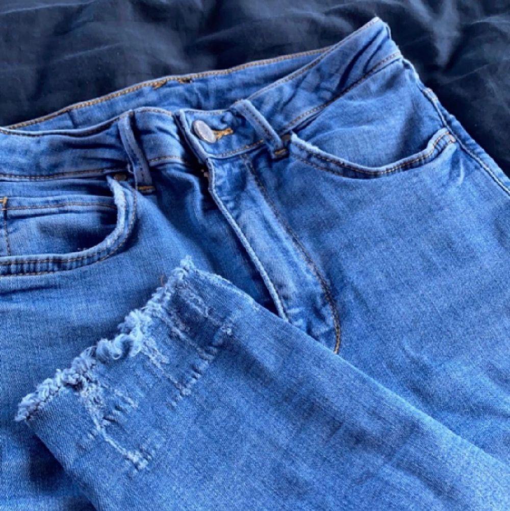 Jättefina och sköna jeans från Gina Tricot, använder inte längre tyvärr men sitter jättefint på rumpan och i midjan! Storlek 34 men dom passar mig jättebra och jag är 178cm lång och väger 60-65kg, stretchigt material. Om man köper dessa samt minst tre andra grejer från min sida blir frakten gratis 🤩. Jeans & Byxor.